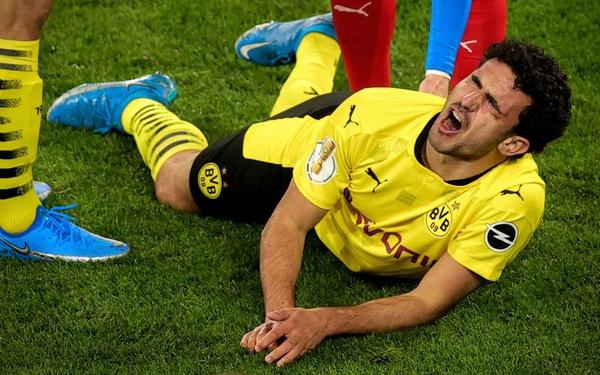 Chấn thương kinh hoàng của sao trẻ Dortmund: Gãy gập đầu gối, có nguy cơ giải nghệ sớm ở tuổi 21