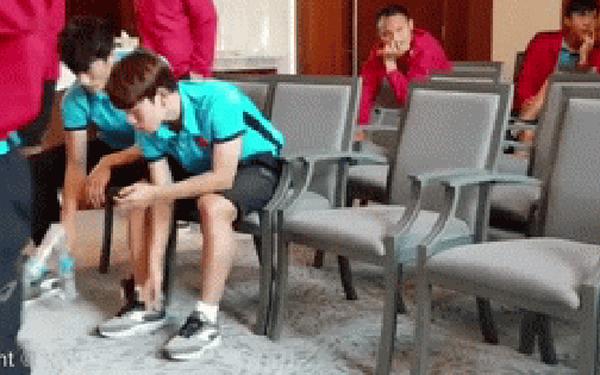 Xuân Trường cực ngầu trong trò chơi tung chai nước với đồng đội