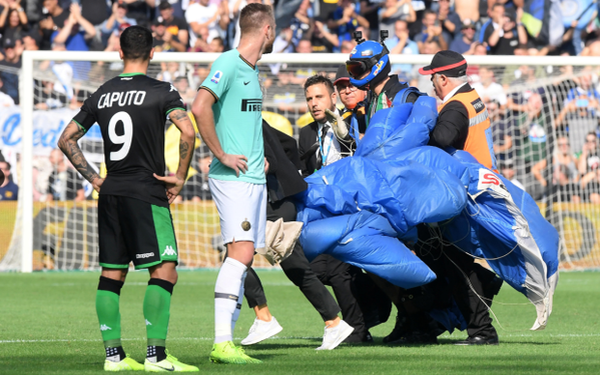Hy hữu: Trận đấu Inter Milan vs Sassuolo bị gián đoạn sau tình huống hạ cánh bất ngờ của một nhân vật bí ẩn