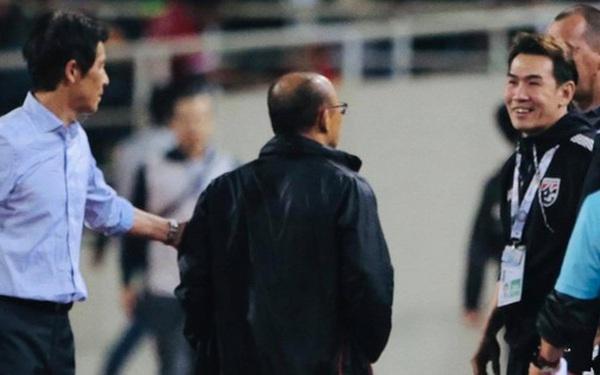 """HLV Park Hang-seo nổi giận khi bị trợ lý tuyển Thái """"cà khịa"""" sau trận đại chiến trên sân Mỹ Đình"""