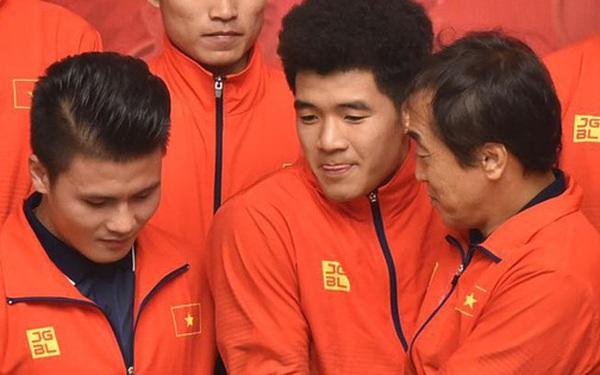 Quang Hải cùng trợ lý Lee Young-jin troll Đức Chinh lúc chụp ảnh tập thể
