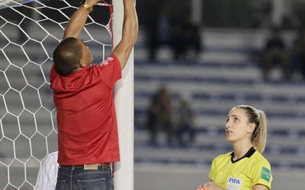 Trận chung kết SEA Games 30 giữa tuyển nữ Việt Nam và Thái Lan bị gián đoạn vì sự cố bất ngờ