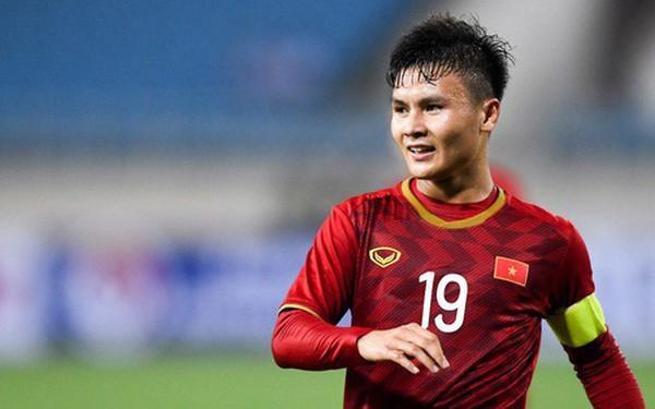 """Ngày đầu làm đội trưởng của """"bé hạt tiêu"""" Quang Hải"""