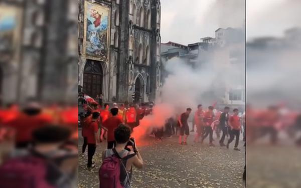 CĐV Hải Phòng đốt pháo sáng ở nhà thờ lớn Hà Nội, tạo ra khung cảnh náo loạn như sự cố ở Paris