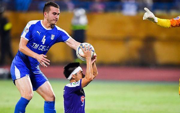 """Cầu thủ đối phương chắp tay cầu nguyện, phá đám pha ăn mừng bàn thắng """"vàng"""" của Văn Quyết"""