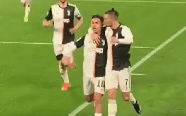"""Hội chị em dậy sóng khi nhìn Ronaldo """"khóa môi"""" anh chàng tiền đạo trẻ đẹp trai nhất đội ngay trên sân đấu"""